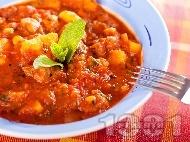 Яхния от ярешко задушено месо с картофи, пресен зелен лук и домати от консерва